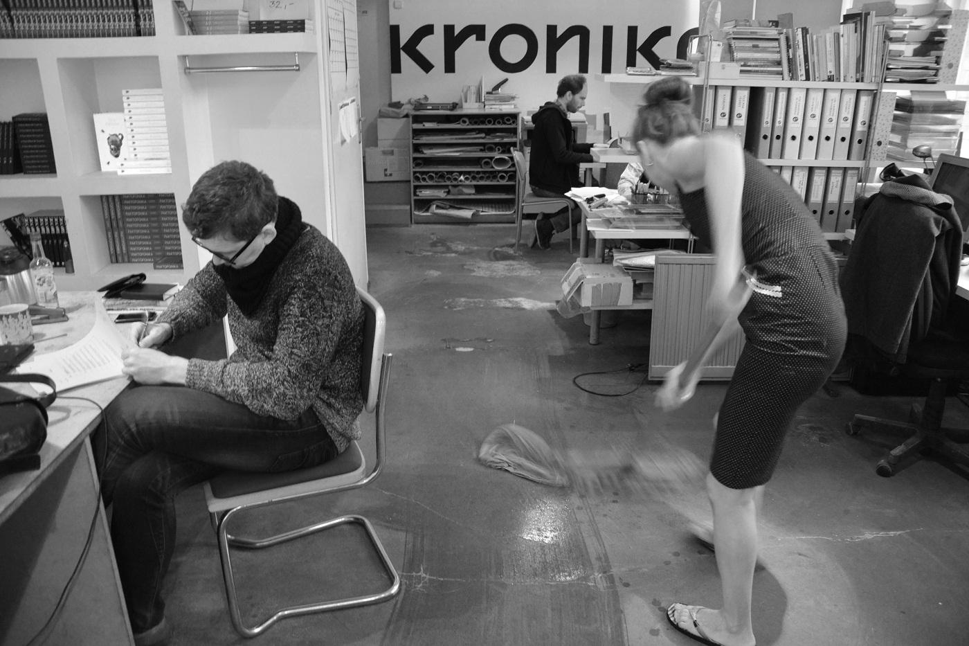 """Aleka Polis, """"Rosa Rotes"""", Galeria Kronika, Bytom, (demontaż wystawy Oneiron & Yan Tomaszewski. Pismo), 28.01.2016, fot.Zuza Ziółkowska/Hercberg"""
