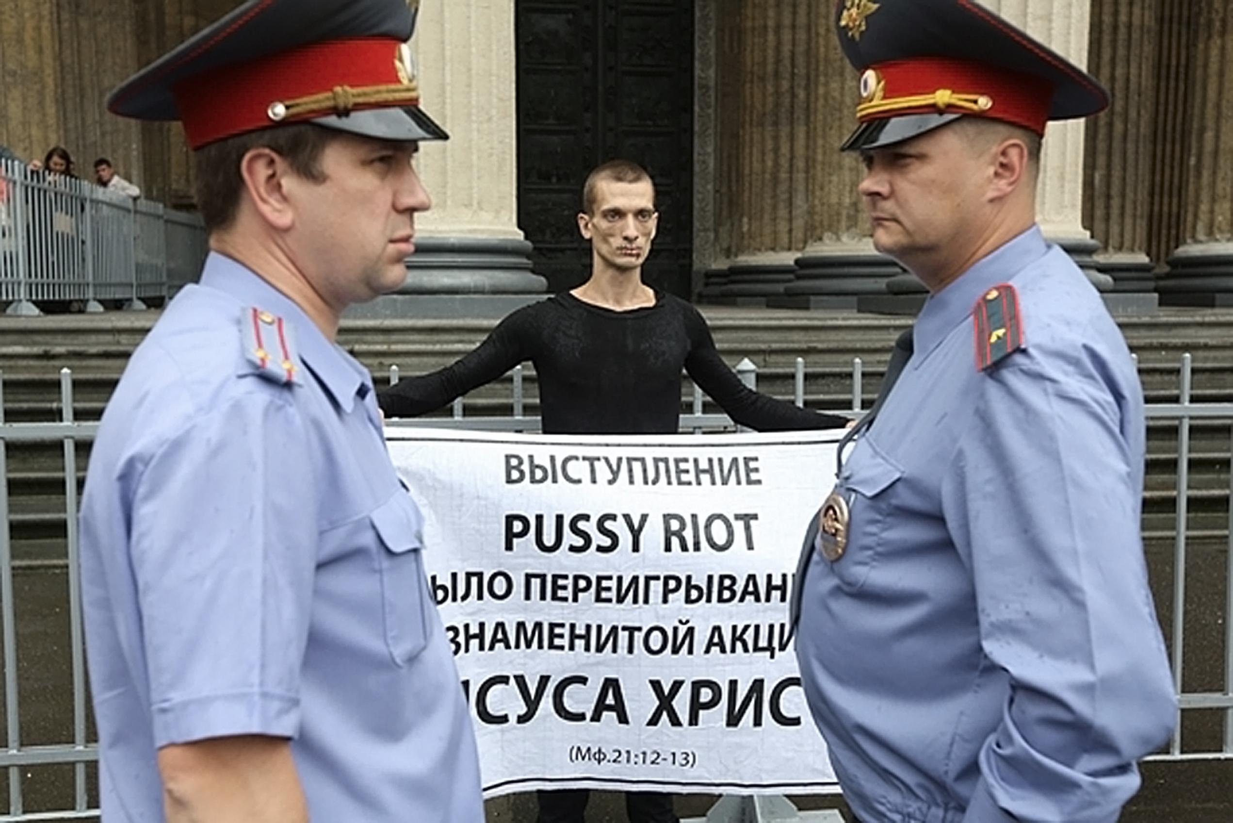 """Piotr Pawlenski, """"Szew"""""""