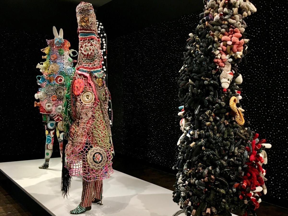 """Soundsuits Nicka Cave'a najego wystawie """"Feat."""", THE FRIST, Nashville, TN (10 listopada 2017 – 24 czerwca 2018). Foto: M. Moskalewicz"""