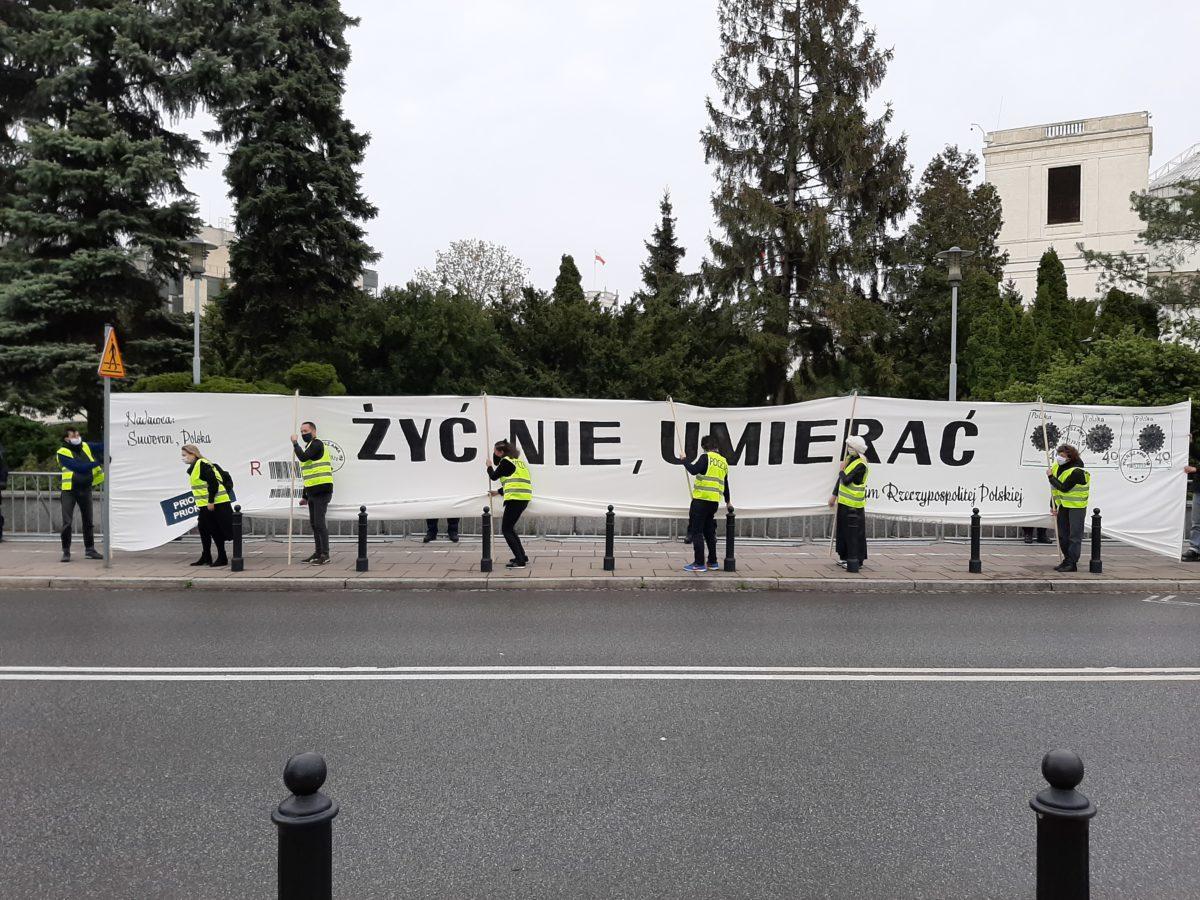"""""""Żyć nie, umierać"""". Artystyczny protest przeszedł ulicami Warszawy"""
