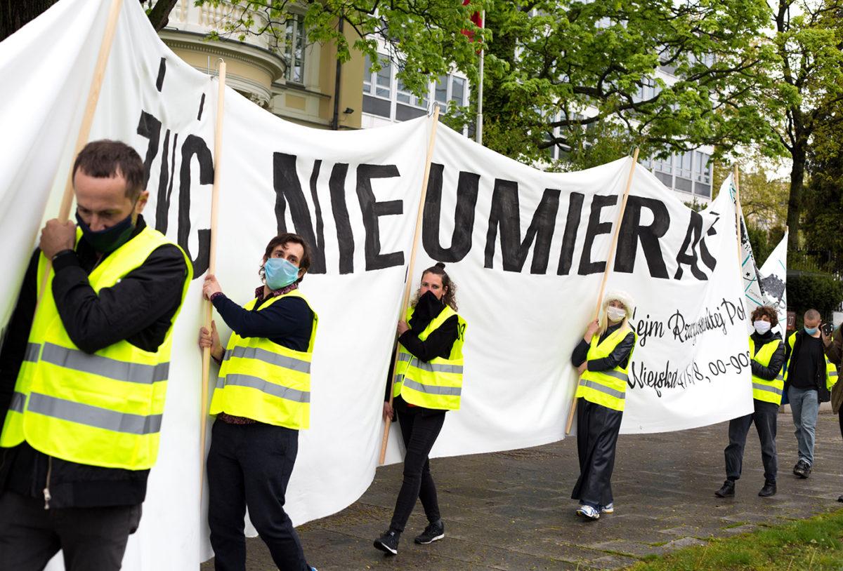 """""""List"""" przeciw nielegalnym wyborom. Protest środowisk artystycznych podSejmem"""