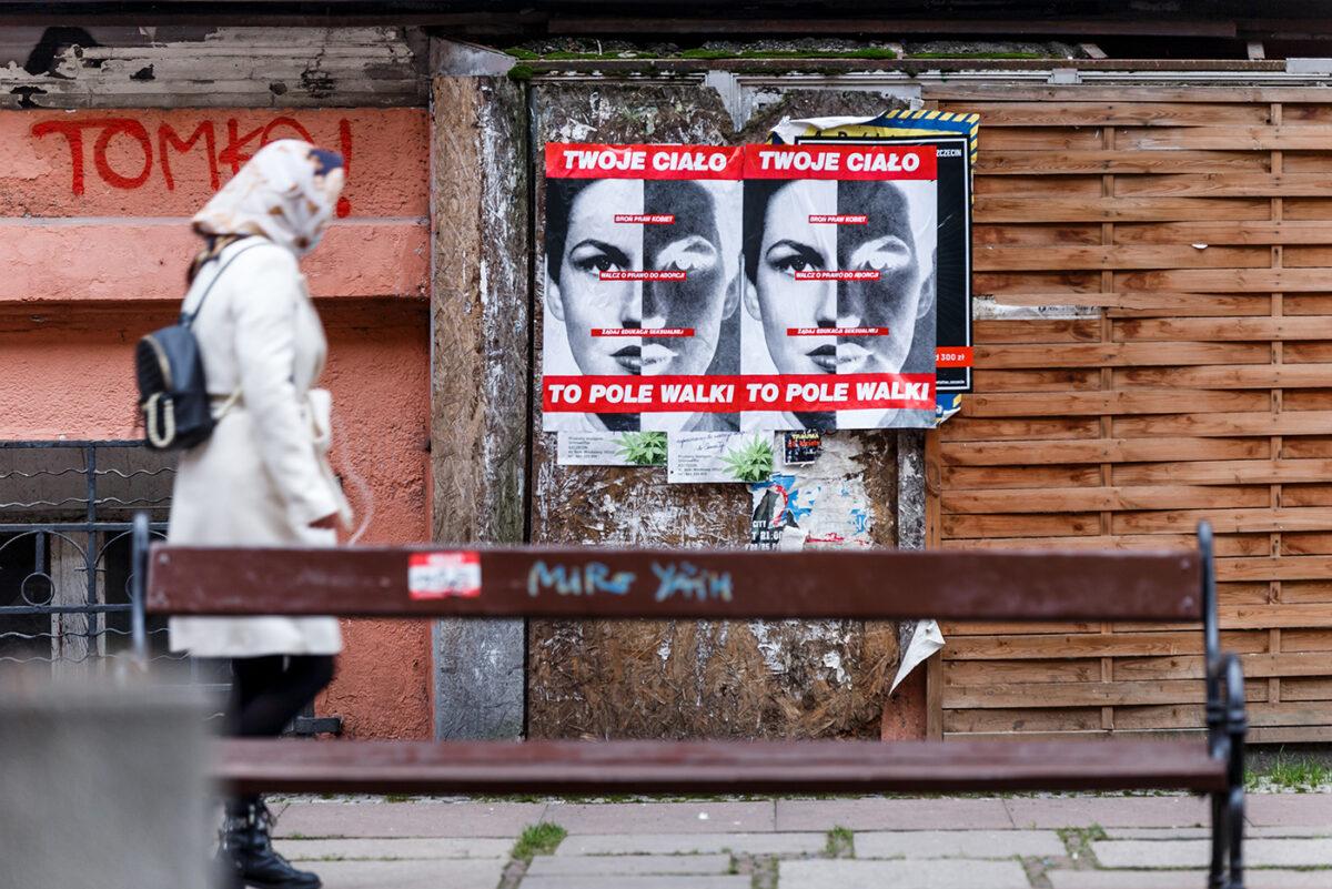 """""""Twoje ciało topole walki"""" plakaty Barbary Kruger naulicach Szczecina"""